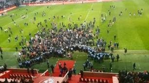 Clamoroso a Lilla, furiosa invasione di campo: calciatori corrono negli spogliatoi