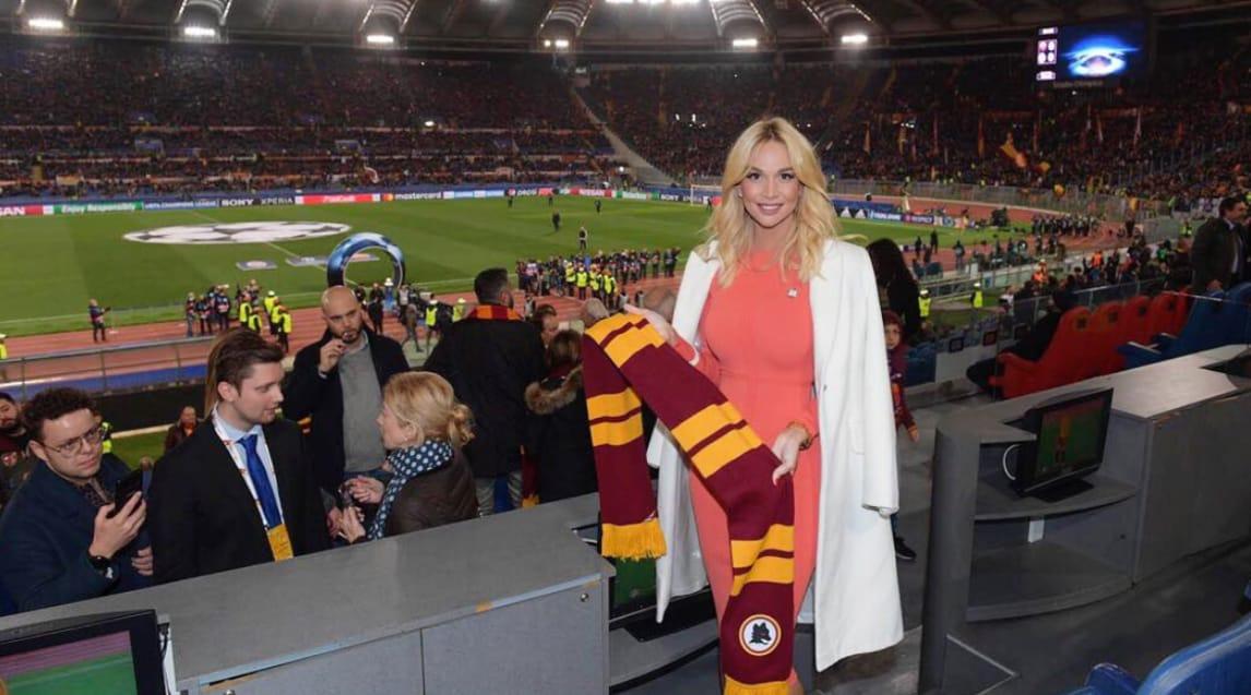 """L'affascinante attrice e ambasciatrice FIFA per i Mondiali 2018 pubblica un tweet per ringraziare l'ex capitano della Roma in occasione della sfida contro lo Shakhtar: «Grazie per il supporto alla campagna """"Zero discriminazione"""", abbiamo bisogno di te!»"""