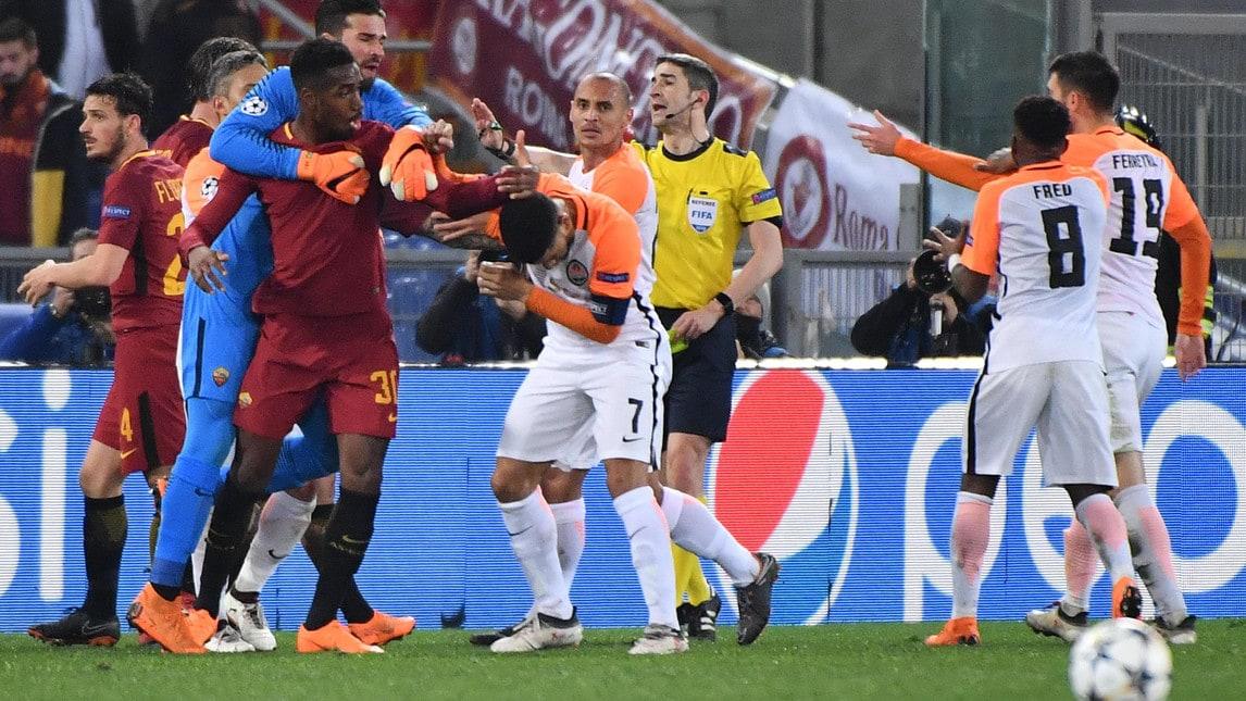 I giocatori giallorossi contro gli avversari dopo un giocatore dello Shakhtar ha strattonato un raccattapalle a bordocampo