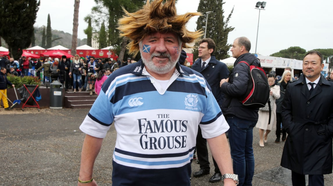 Aspettando la sfida degli azzurri contro gli highlanders in una delle grandi classiche del torneo, gli appassionati si divertono all'Olimpico, sono quasi 7 mila gli scozzesi