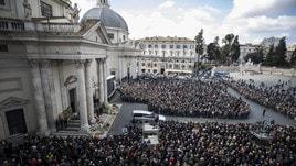 Fabrizio Frizzi, folla enorme ai funerali