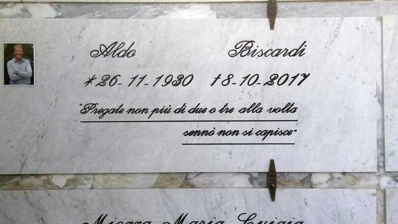Biscardi, l'epitaffio sulla lapide: «Pregate non più di 2 o 3 alla volta...»