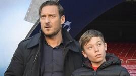 Roma, rifinitura al Camp Nou sotto gli occhi di Totti e del figlio Cristian
