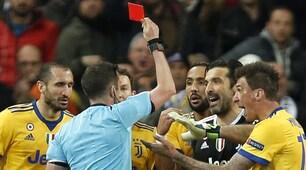 L'ira di Buffon per il rigore: l'arbitro lo espelle