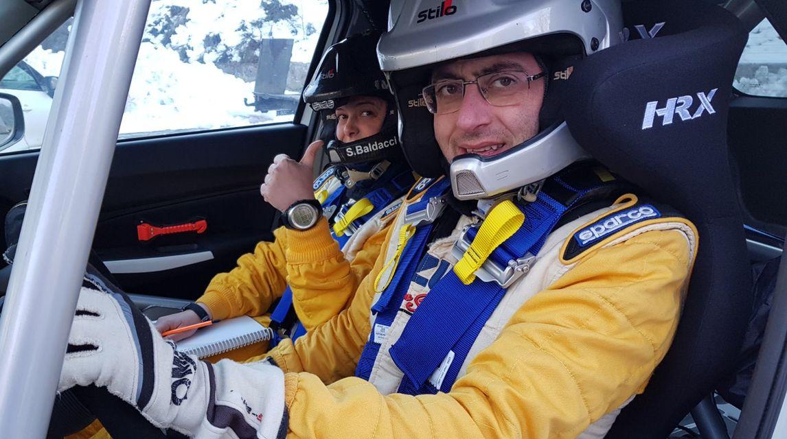 L'equipaggio formato da Stefano Martinelli e da Sara Baldacci, portacolori e alfieri di AISM, nella prima tappa del campionato italiano Rally, a difesa del titolo iridato conquistato lo scorso anno nella categoria R1.