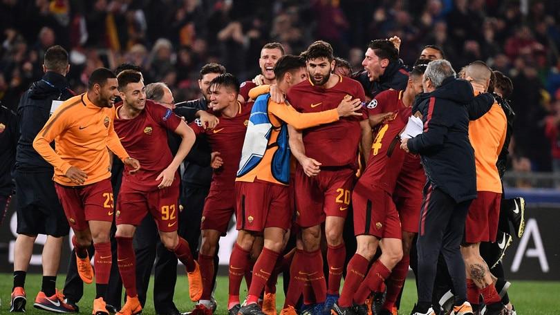 Champions, la Roma che alza la coppa è a 11