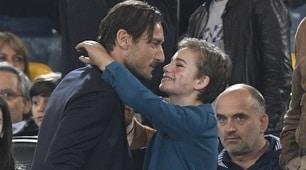 Derby Lazio-Roma, Totti in tribuna abbraccia Bebe Vio
