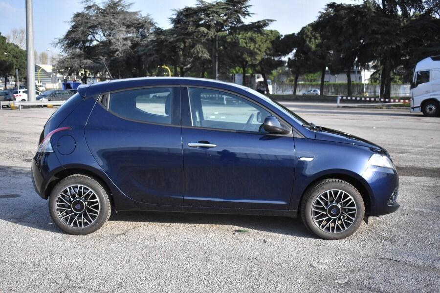 Prova comparata: Peugeot 208 Black Line VS Lancia Y