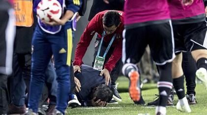 Fenerbahce-Besiktas sospesa per incidenti:Günes colpito alla testa