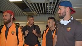 La Roma parte per Liverpool tra gli abbracci dei tifosi. E Klopp aspetta...