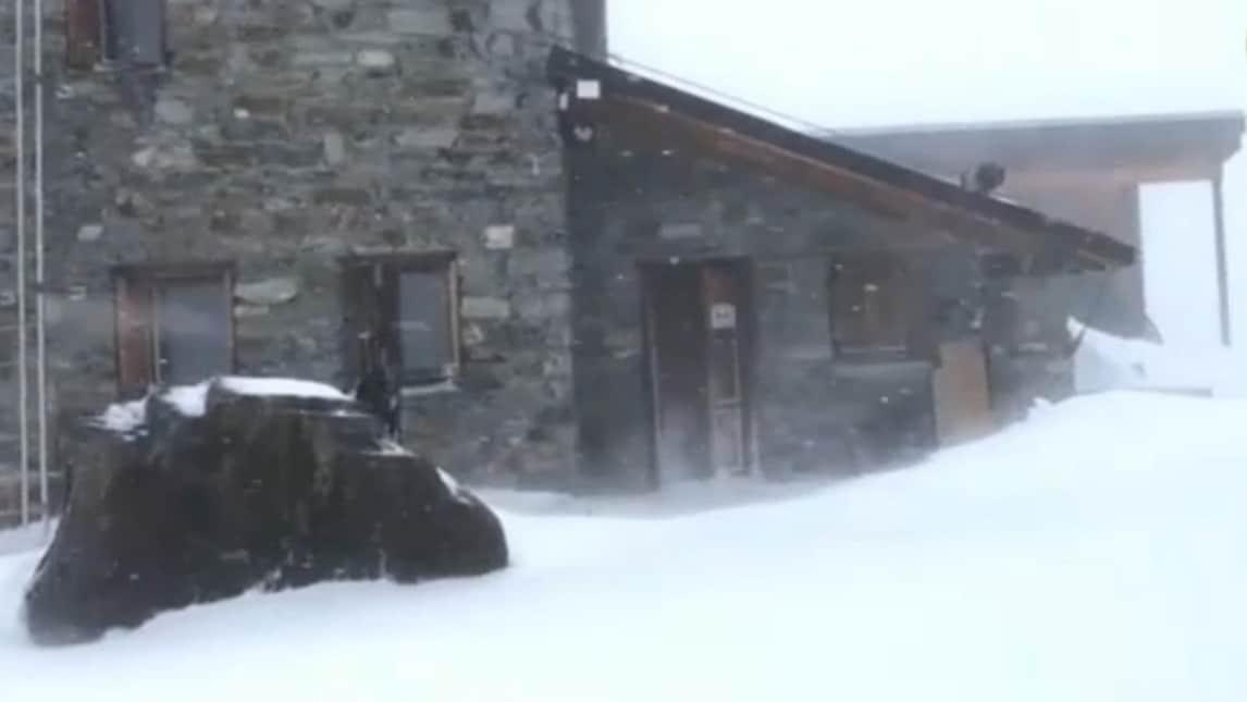 Un fermo immagine tratto da un video del Soccorso Alpino mostra il luogo dove alcuni alpinisti sono rimasti bloccati ed in seguito sono morti durante un'escursione, 30 aprile 2018