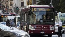 Paura a Roma, si rompe la porta del bus: panico e feriti
