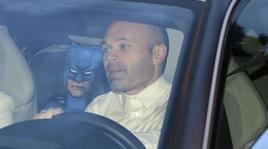 Barcellona,Iniesta porta alla cena di squadra... Batman