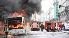 Paura a Roma: autobus a fuoco in via del Tritone