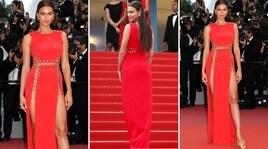 Irina Shayk sexy in rosso a Cannes: sotto il vestito niente...
