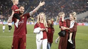 Roma, giocatori in campo con le famiglie dopo la partita con la Juve