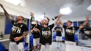 Scudetto Juventus, la festa dei giocatori negli spogliatoi dell'Olimpico