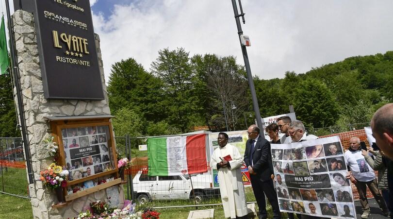 Giro d'Italia: l'omaggio alle 29 vittime della strage dell'hotel Rigopiano