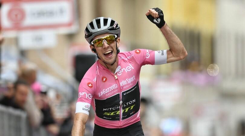 Giro d'Italia, a Osimo la maglia rosa Yates concede il bis