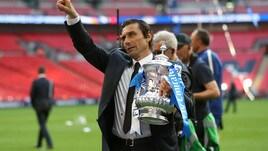Conte solleva la coppa davanti a Mourinho