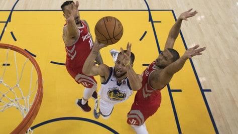 Curry asfalta i Rockets, Golden State si porta sul 2-1