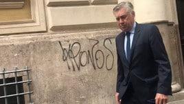 Napoli, Ancelotti esce dall'albergo per andare da De Laurentiis