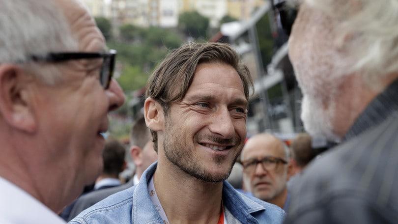 Francesco Totti scrive un libro/ Video: 'Parlerà della mia vita'