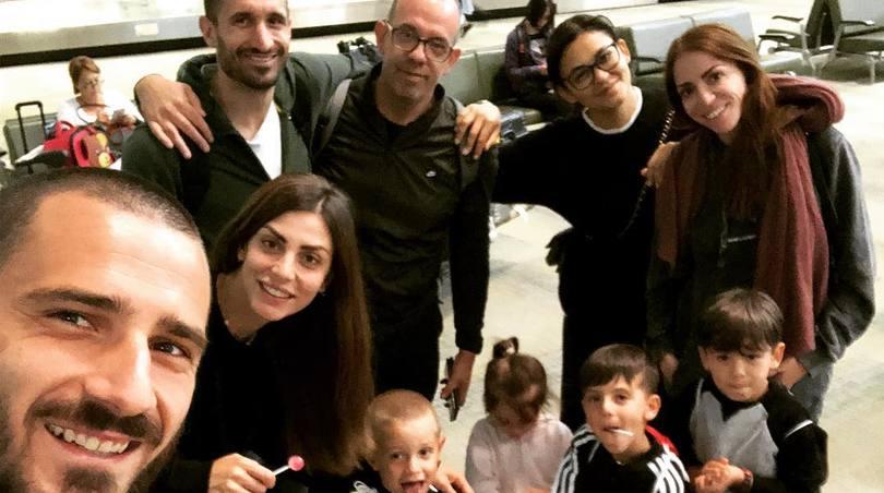 Bonucci e Chiellini in vacanza insieme: i social si dividono