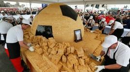 Kazan, distribuita ai tifosi una torta gigante a forma di pallone
