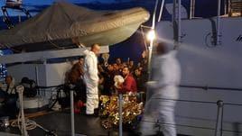 Soccorsi 48 migranti al largo di Crotone