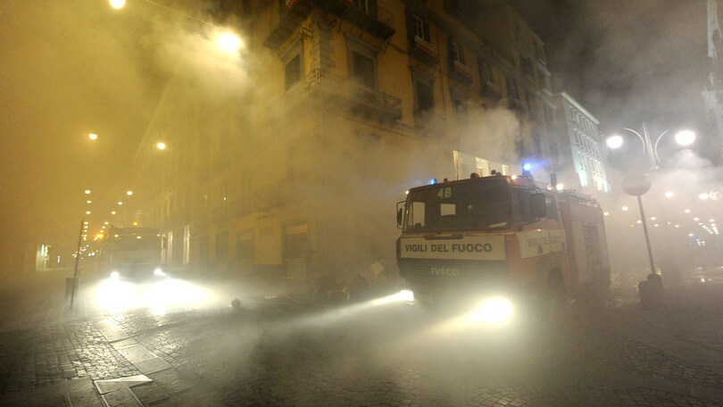 Napoli,violenta esplosione,bar in fiamme