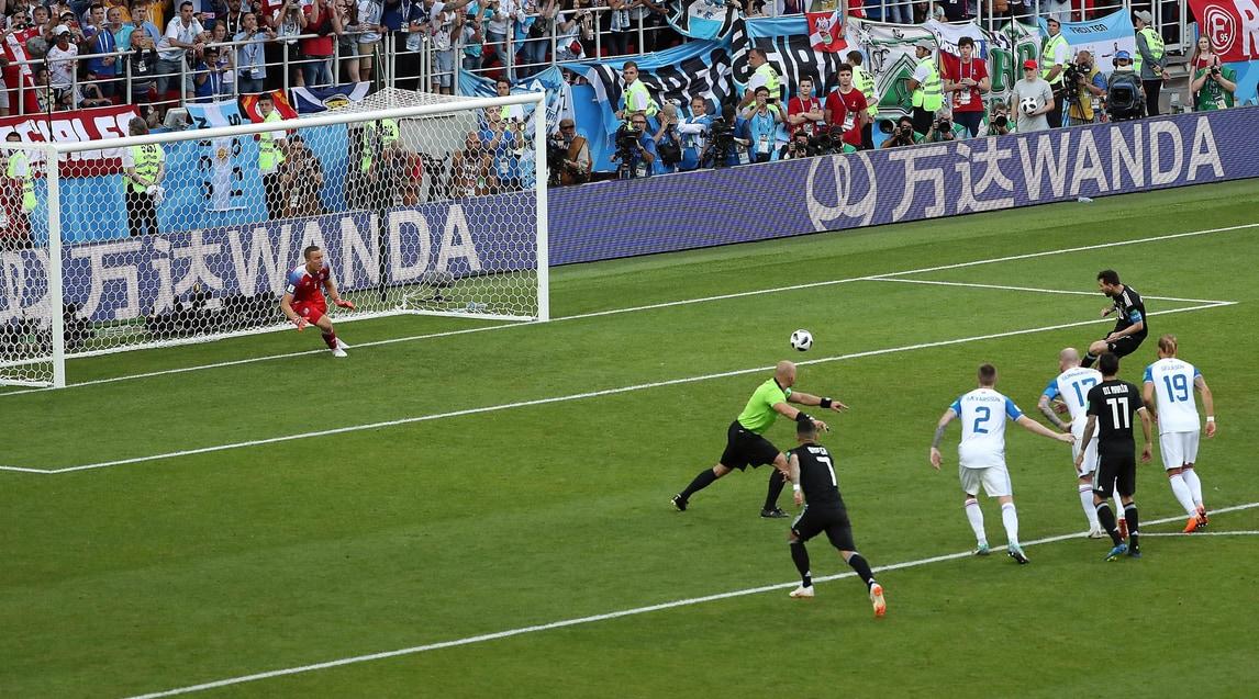 La Pulce si fa ipnotizzare: Halldorsson nega il gol del 2-1 all'Albiceleste parando il penalty del numero 10