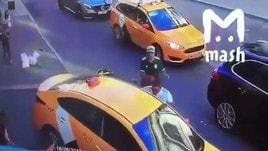 Taxi travolge pedoni a Mosca: spunta il video