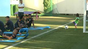 Marcelo, il figlio lo distrae in allenamento