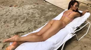 La sorella di Schick incanta: il mini-bikini fa impazzire il web