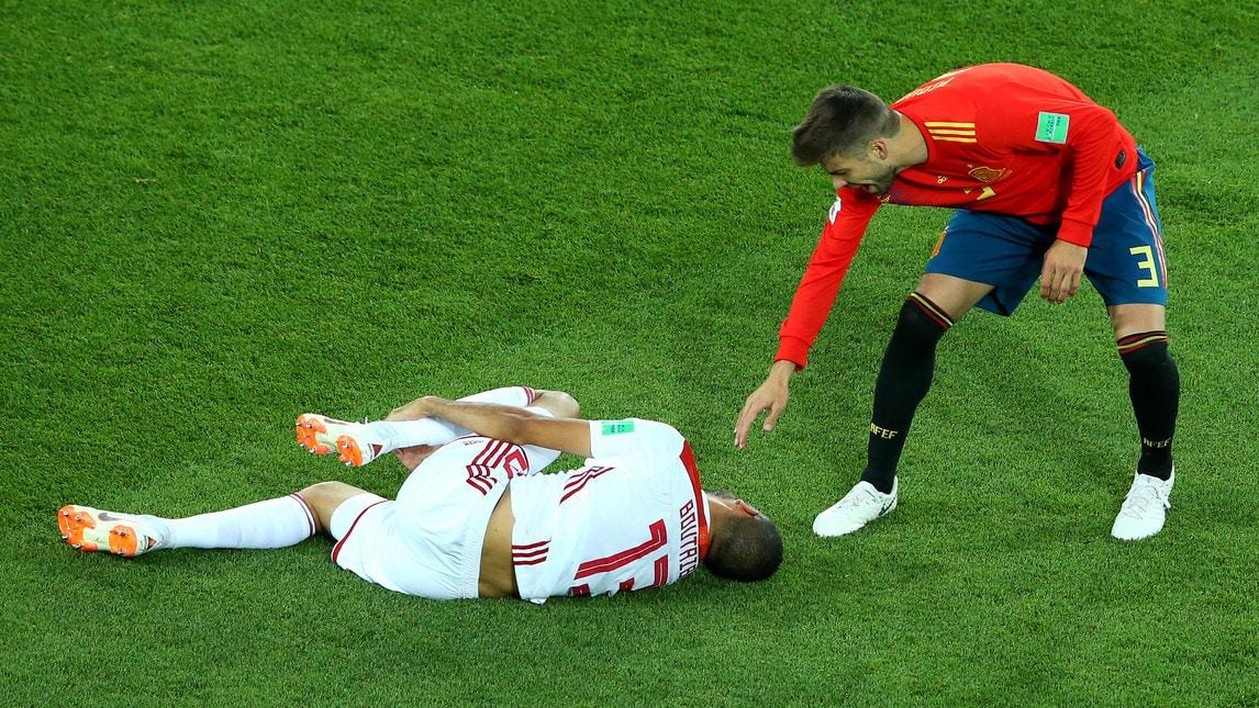 L'arbitro Irmatov non estrae neanche il cartellino giallo per la dura entrata dello spagnolo sull'avversario