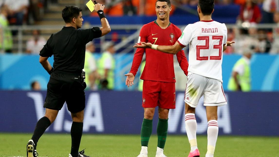 Fallo di reazione del portoghese nei confronti di Ezatolahi, il direttore di gara consulta personalmente le immagini prima di decidere