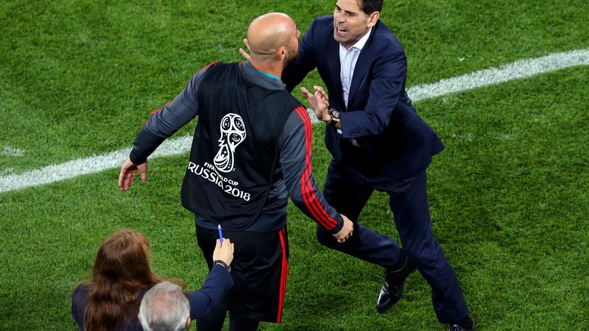 Il portiere di riserva spagnolo si scaglia contro la panchina marocchina durante una concitata fase della partita terminata sul risultato di 2-2