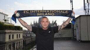 Nainggolan mostra la sciarpa dell'Inter