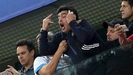 Maradona incontenibile: dito medio dopo il gol di Rojo!