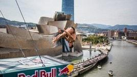 L'arte dei tuffi di fronte al Guggenheim di Bilbao