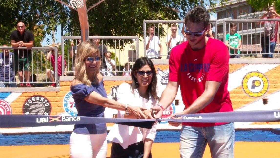 La star dell'NBA ha inaugurato, assieme alla Sindaca Raggi, il playground del parco della Cecchina, restaurato grazie al contributo di UBI Banca.