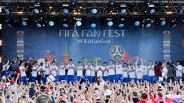 Migliaia di tifosi ringraziano la Russia