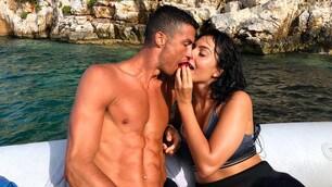 Cristiano Ronaldo aspetta la Juve e intanto si rilassa al mare