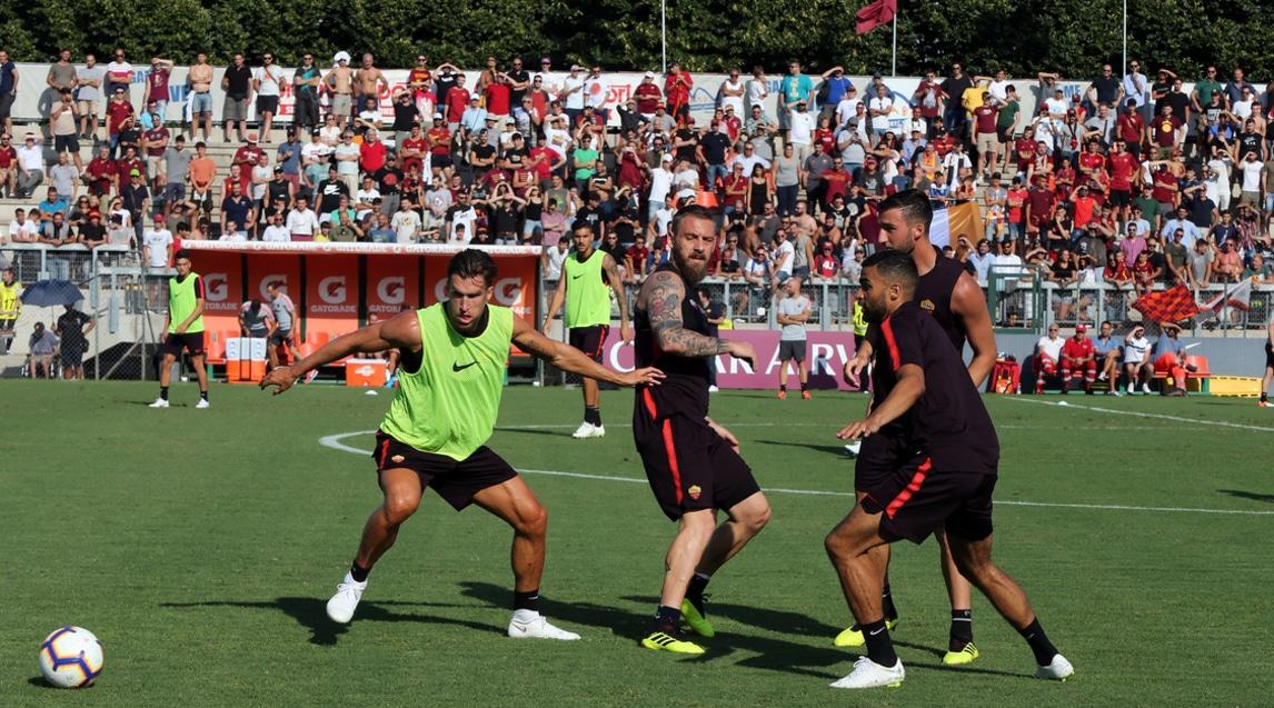 """Grande entusiasmo dei tifosi che hanno assistito all'allenamento a porte aperte sul campo della Primavera. Ünder ha incantato nella partitella con una tripletta, dalla tribuna un coro """"dedicato"""" al nuovo colpo della Juventus: «Che ce frega de Ronaldo, noi c'avemo Dzeko gol…»"""