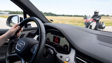 Moto e auto, prove di comunicazione