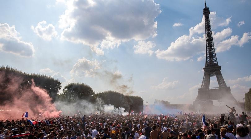 Francia campione del mondo: Parigi impazzisce di gioia
