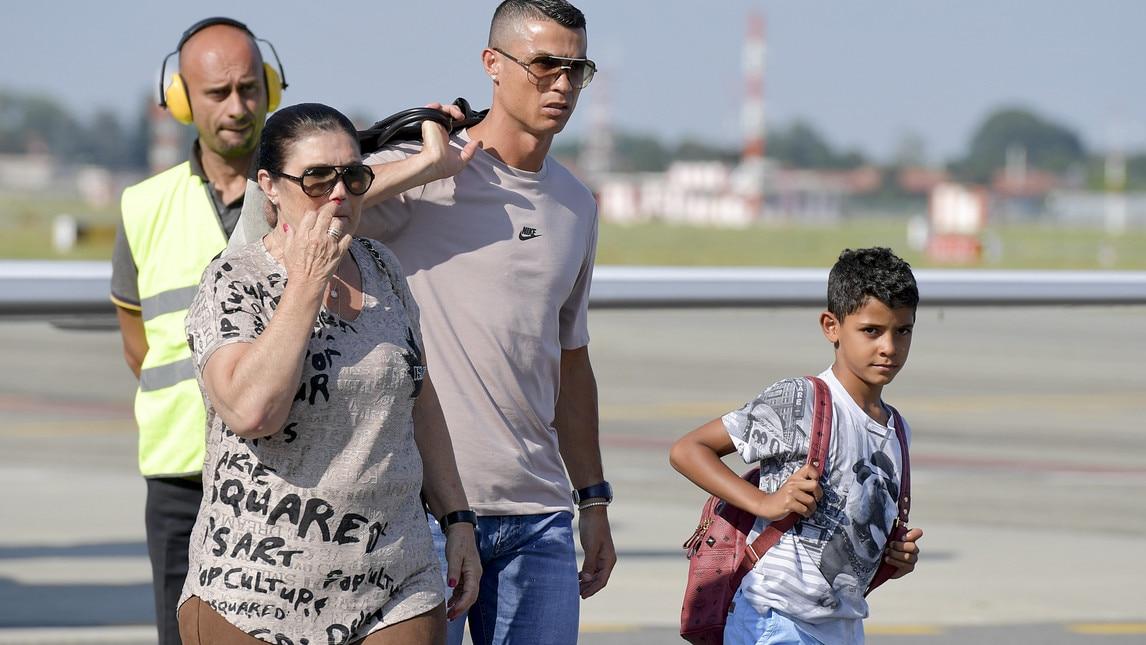 Il fuoriclasse portoghese, accompagnato dalla sua famiglia e dalla compagna Georgina, sosterrà domattina le visite mediche prima della firma sul contratto che lo legherà alla Juventus per i prossimi 4 anni
