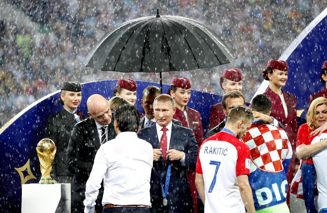 Mondiali, alla premiazione si bagnano tutti tranne Putin
