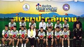 Thailandia, i giovani calciatori sorridono con la maglia della loro squadra